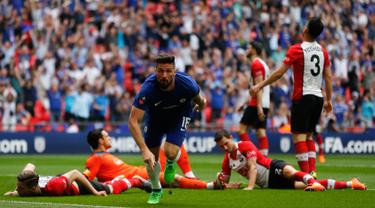 Pemain Chelsea, Olivier Giroud berselebrasi setelah mencetak gol ke gawang Southampton pada laga semifinal Piala FA di Stadion Wembley, London, Minggu (22/4). Chelsea lolos final Piala FA setelah menang 2-0 atas Southampton. (AP/Frank Augstein)