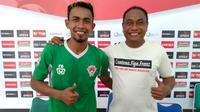 Striker Kalteng Putra, Ugik Sugiyanto (kiri), dan sang pelatih, Kas Hartadi. (Bola.com/Vincentius Atmaja)