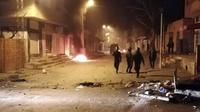 Petugas keamanan terus melakukan patroli menyusul  kerusuhan yang meluas di beberapa kota di Tunisia, memprotes kondisi ekonomi nasional (AP/Mohamed bin Salah)