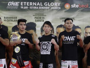 Para petarung MMA foto bersama usai latihan. (Bola.com/M. Iqbal Ichsan)