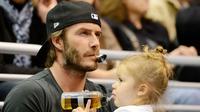 David Beckham bersama putri tercinta, Harper saat menyaksikan pertandingan hoki es (Mirror)