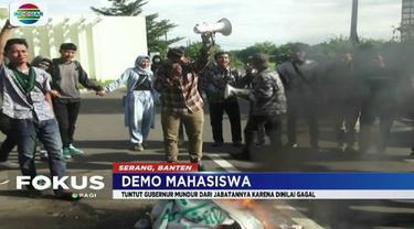 Puluhan mahasiswa HMI Banten berunjuk rasa menuntut Gubernur Banten, Wahidin Halim, agar mundur dari jabatannya.