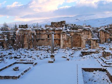 Salju menutupi kota Baalbek di Lebanon kuno di timur Lembah Bekaa (17/1). Baalbek adalah kota yang terletak di Lembah Bekaa, Lebanon pada ketinggian 1170 meter (3840 ft) di sebelah timur Sungai Litani. (AP Photo)