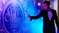 Handika Pratama antusias menerima penghargaan pertamanya [foto: instagram/handikapratama20]