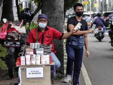 Penjual jasa penukaran uang menawarkan uang baru dalam berbagai pecahan di kawasan Pondok Indah, Jakarta, Kamis (6/5/2021). Penjual jasa musiman tersebut mulai ramai menjelang Lebaran. (Liputan6.com/Johan Tallo)