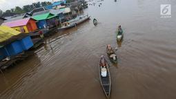 Sejumlah wanita mendayung perahunya yang digunakan untuk aktivitas jual beli di Pasar Terapung Lok Baintan, Banjarmasin, Kalimantan Selatan, Selasa (27/3). (Liputan6.com/Immanuel Antonius)