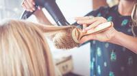 Ikuti cara jitu berikut ini agar rambut terlihat lebih berkilau. (Foto: purewow.com)