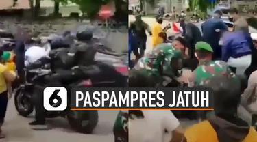 Saking banyaknya warga membuat sebuah motor paspampres jatuh kesenggol.