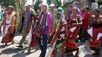 Menteri BUMN Rini Soemarno berkeliling bersama masyarakat usai peresmian bantuan bedah rumah di Kupang, NTT, Selasa (14/8). Kementerian BUMN membangun rumah untuk mantan pejuang pro integrasi Timor  Timur. (Liputan6.com/JohanTallo)