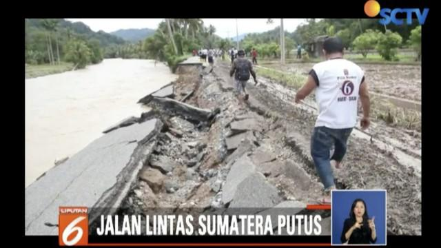 Pengendara yang hendak menuju Sumatera Barat atau sebaliknya menuju arah Medan terpaksa harus menginap dan terus menunggu sampai jalan dapat dilalui.