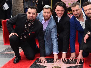 Personel boyband NSYNC Chris Kirkpatrick, Lance Bass, JC Chasez, Joey Fatone dan Justin Timberlake berfoto bersama saat menerima Hollywood Walk of Fame di Los Angeles (30/4). (Jordan Strauss / Invision / AP)