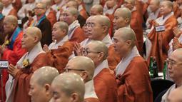 Biksu wanita berdoa selama Konferensi Perdamaian Bhikkhuni Buddha Dunia di Seoul, Korea Selatan (12/4). Rencananya kedua pemimpin negara itu akan mengadakan pertemuan puncak pada 27 April di JSA sisi Korea Utara.  (AP Photo / Ahn Young-joon)