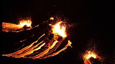 Lava mengalir dari gunung berapi Fagradalsfjall yang meletus, sekitar 40 km dari ibu kota Islandia, Reykjavik, pada Jumat (19/3/2021). Kantor Meteorologi Islandia mengatakan letusan memicu awan merah hingga menerangi langit malam di daerah sekitar. (Icelandic Coast Guard/AFP)