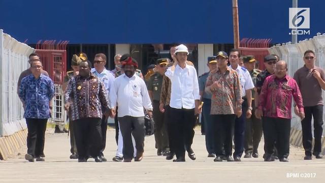 Presiden Jokowi meninjau dermaga pelabuhan Nabire.
