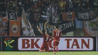 Pemain depan Persija, Marko Simic (kiri) merayakan gol ke gawang PSMS pada laga pertama semifinal Piala Presiden 2018 di Stadion Manahan, Solo, Jawa Tengah, Sabtu (10/2). Marko Simic mencetak tiga gol. (Liputan6.com/Helmi Fithriansyah)