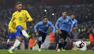 Penyerang timnas Brasil, Neymar, mencetak gol tunggal kemenangan timnya atas Uruguay pada laga persahabatan di Stadion Emirates, Jumat (16/11/2018). (AFP/Adrian Dennis)