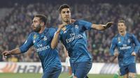 Marco Asensio (kanan) merayakan gol bersama rekannya saat melawan Real Betis pada lanjutan La Liga Santander di Villamarin stadium,Seville, (18/2/2018). Real Madrid menang 5-3. (AP/Miguel Morenatti)