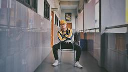 Selain bergaya kasual, Rizky juga kerap tampil dengan street style dengan memadukan sweater dikombinasikan dengan beany hat. Tambah stylish dengan memadukan footwear sneaker putih.(Liputan6.com/IG/@rizkyfbian)