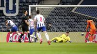 Pemain FC Porto Mehdi Taremi (kiri) melakukan selebrasi usai mencetak gol ke gawang Juventus pada leg pertama babak 16 besar Liga Champions di Stadion Dragao, Porto, Portugal, Rabu (17/2/2021). FC Porto menang 2-1. (AP Photo/Luis Vieira)