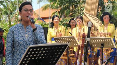 Menteri Keuangan Sri Mulyani saat bernyanyi di sela Pertemuan Tahunan IMF-Bank Dunia 2018 di Nusa Dua, Bali, Minggu (14/10). Sri Mulyani menyanyikan lagu berjudul My Way karya Frank Sinatra. (Liputan6.com/Angga Yuniar)