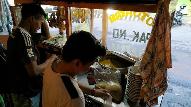 Sensasi Ayam Bakar dalam Soto Bok Ijo, Kuliner yang Digandrungi Pemudik Sejak 1969