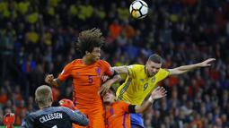 Pemaian Swedia, Marcus Berg (kanan) melakukan duel udara dengan para pemain Belanda pada kualifikasi Piala Dunia 2018 grup A di Amsterdam Arena, Amsterdam (10/10/2017). Belanda menang 2-0 . (AP/Peter Dejong)