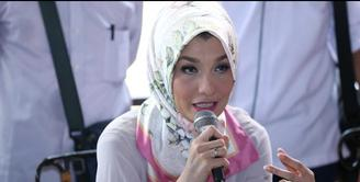 Arzetti Bilbina berkaca-kaca saat melakukan konferensi pers di Restoran Pulau Dua, Senayan, Jakarta Pusat. Ia mengaku belum berani untuk memberikan kabar yang sebenarnya kepada sang ibu, ia mengucapkan permintaan maaf untuk semua pihak yang dirugikan...