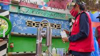 Proses pembuatan hand sanitizer menggunakan alat penyuling yang diberikan Pertamina Sumbagsel ke warga Lorong Mari Palembang Sumsel (Liputan6.com / Nefri Inge)