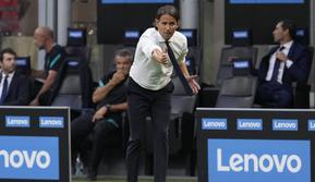 Pelatih Inter Milan, Simone Inzaghi menginstruksikan pemainnya saat bertanding melawan Genoa pada pertandingan perdana Liga Serie A Italia di stadion San Siro di Milan, Italia, Sabtu (21/8/2021). Inter Milan menang telak atas Genoa dengan skor 4-0. (AP Photo/Antonio Calanni)