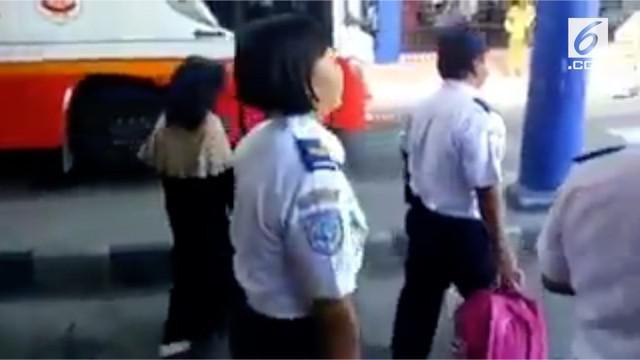 Seorang perempuan bercadar diperiksa petugas Dishub di terminal Tulungagung.