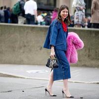 Tampil gaya dengan balutan midi skirt bahan denim yang stylish, kamu penyuka denim harus punya.