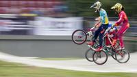 Para pebalap sepeda BMX di kelas Men Junior bertarung di babak final pada Jakarta International BMX 2020 yang digelar di Sirkuit BMX Pulomas, Minggu (16/2/2020). (Bola.com/Peksi Cahyo)