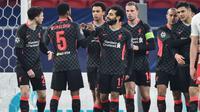 Para pemain Liverpool merayakan gol yang dicetak Mohamed Salah ke gawang RB Leipzig dalam leg pertama 16 besar Liga Champions yang digelar di Puskas Arena, Budapest, Rabu (17/2/2021) dini hari WIB. Liverpool menang 2-0 atas RB Leipzig. (ATTILA KISBENEDEK / AFP)