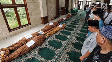Jenazah korban kecelakaan Tanjakan Emen di Kabupaten Subang disalatkan di Masjid RSUD Tangsel, Ciputat, Minggu (11/2). Kecelakaan bus pariwisata bernopol F 7959 AA dan satu sepeda motor itu menewaskan 27 orang. (Liputan6.com/Fery Pradolo)