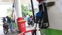 Pengendara mengisi  BBM di SPBU Jakarta, Minggu (10/2). Harga Pertamax diturunkan dari Rp 10.200 menjadi Rp 9.850 per liter, harga Dexlite diturunkan dari Rp 10.300 menjadi Rp 10.200 per liter. (Liputan6.com/AnggaYuniar)