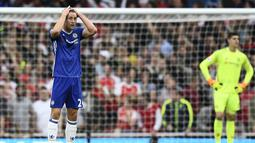 Ekspresi pemain Chelsea, Gary Cahill saat gagal mengantisipasi bola yang berbuah gol dari kaki pemain Arsenal, Alexis Sanchez pada lanjutan Premier League di Emirates Stadium, Minggu (25/9/2016) dini hari WIB. (Reuters/Dylan Martinez)