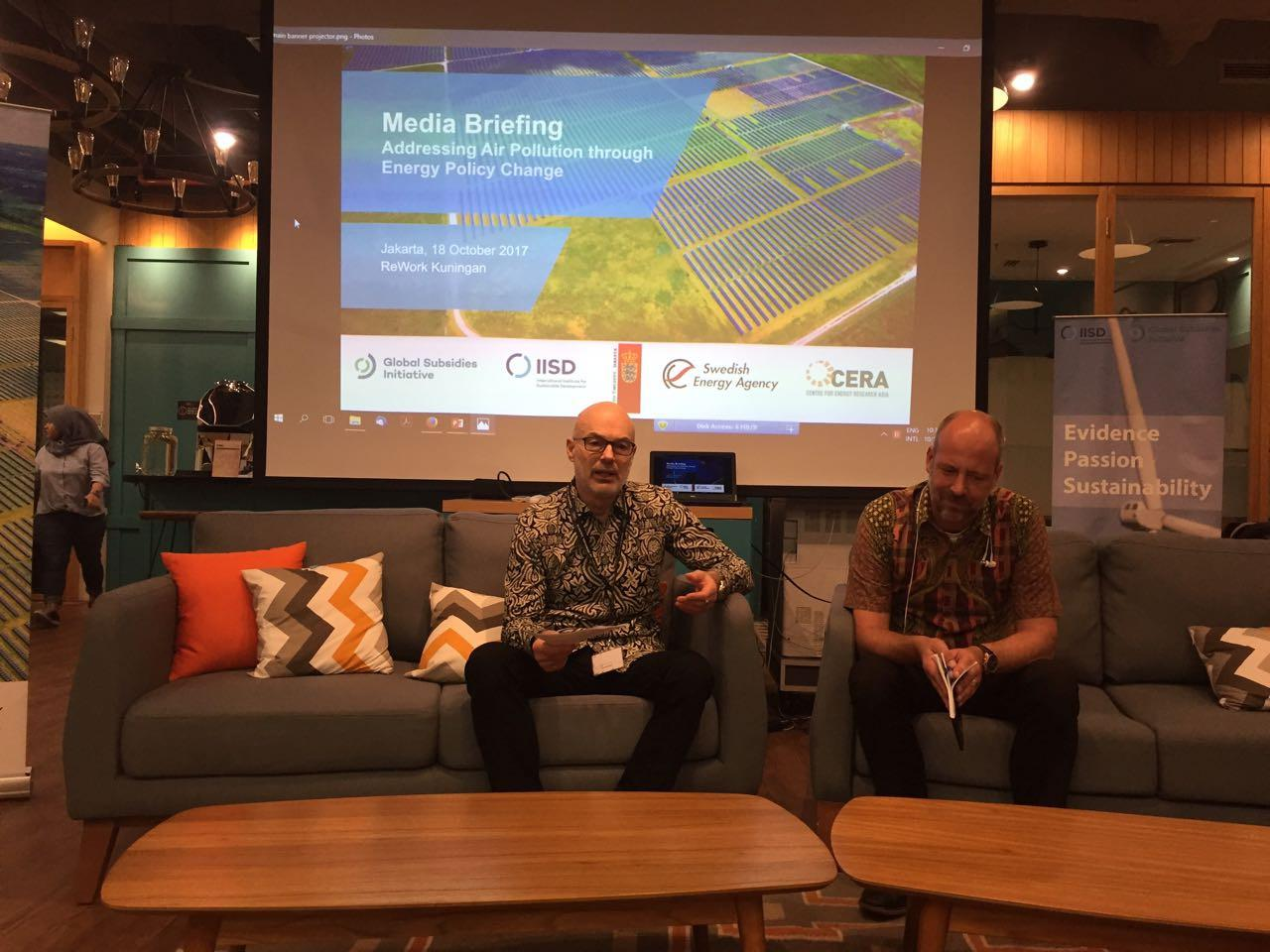 Head of Develompent Kedutaan Besar Denmark untuk Indonesia, Kurt Morck Jensen dan Head of Unit Swedish Energy Agency, Paul Westin (Liputan6.com/Teddy Tri Setio Berty)