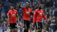 Paul Pogba berhasil mencetak dua gol sekaligus membantu Manchester United menang 3-2 atas Manchester City pada laga pekan ke-33 Premier League, di Stadion Etihad, Sabtu (7/4/2018). (AP Photo/Matt Dunham)