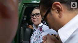 Terdakwa kasus dugaan penyalahgunaan narkotika Nunung dan suaminya July Jan Sambiran  tiba untuk menjalani sidang lanjutan di PN Jakarta Selatan, Jakarta, Rabu (9/10). Sidang lanjutan Nunung dan suaminya dengan agenda mendengarkan keterangan saksi dari JPU. (Liputan6.com/Herman Zakharia)
