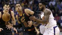 Pebasket Cleveland Cavaliers, Jordan Clarkson, berusaha melewati pebasket Phoenix Suns, Troy Daniels, pada laga NBA di Talking Stick Resort Arena, Rabu (14/3/2018). Cleveland Cavaliers menang 129-107 atas Phoenix Suns. (AP/Rick Scuteri)