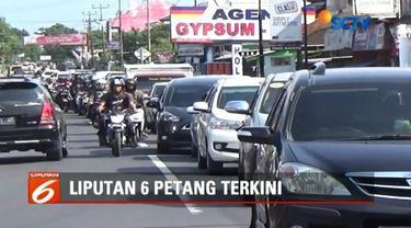 Arus lalu lintas di Simpang Tiga Sindangkasih, Ciamis, mulai padat. Akibatnya polisi berlakukan sistem buka tutup jalan.