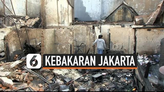 Polisi memasang garis kuning di rumah yang diduga menjadi penyebab kebakaran. Kebakaran di Jalan Kebon Jeruk, Taman Sari Jakarta Barat menghanguskan puluhan rumah. Banyak warga yang tidak bisa menyelamatkan barang-barangnya akibat kebakaran.