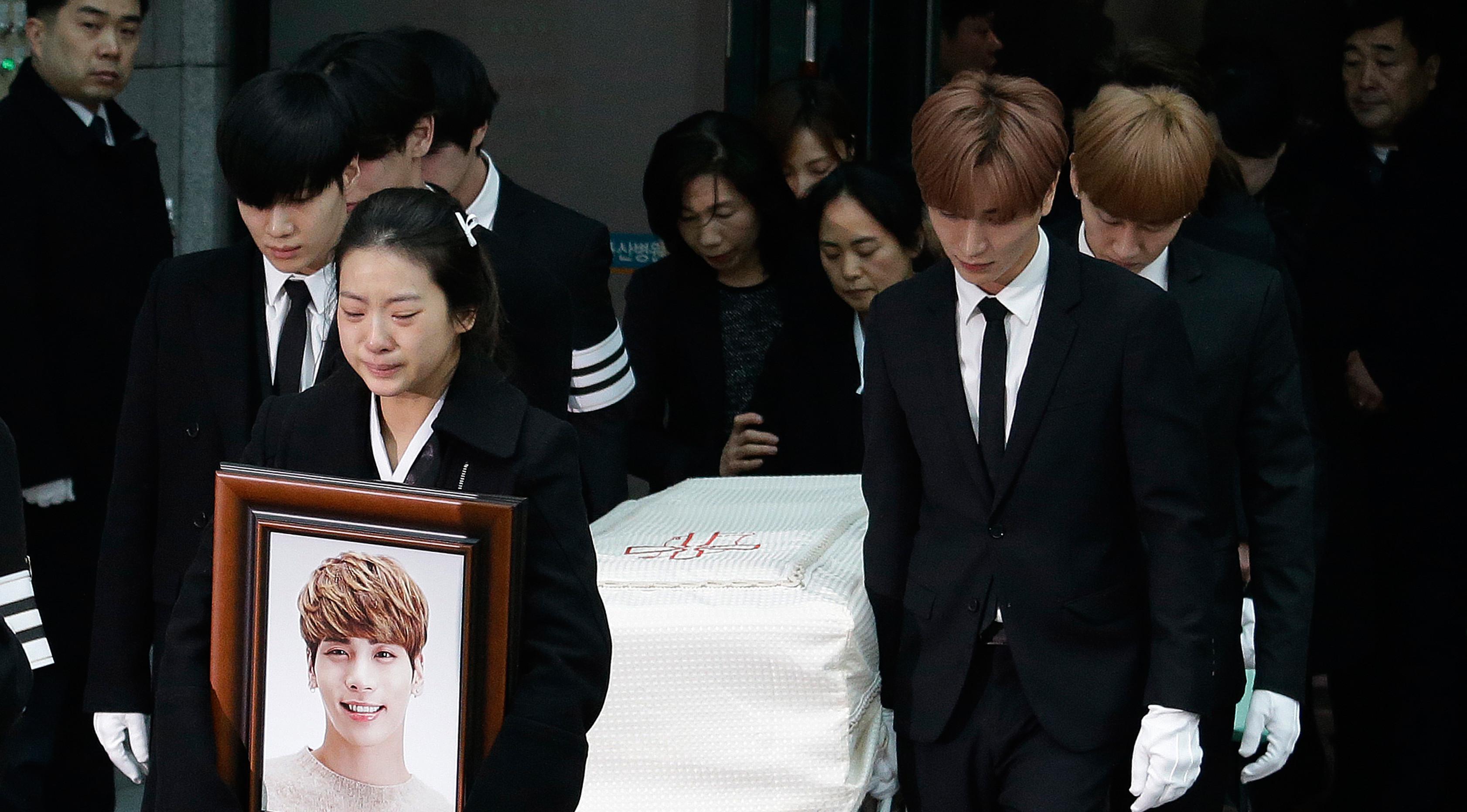 Kakak Jonghyun SHINee tak bisa menyembunyikan duka saat pelepasan jenazah sang adik menuju tempat pemakaman dari Asan Hospital, Seoul, Kamis (21/12). Keluarga dan teman-teman dekat mengantar Jonghyun ke tempat peristirahatan terakhir. (AP/Ahn Young-joon)