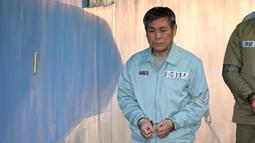 Pastor Korea Selatan Lee Jaerock tiba di Pengadilan Distrik Pusat Seoul untuk menghadiri persidangannya di Seoul (22/11).  Lee Jaerock dijatuhi hukuman 15 tahun penjara memperkosa beberapa wanita di megachurch-nya di Seoul barat. (AFP Photo/Jung Yeon-je)