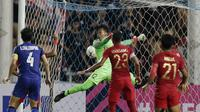Kiper Timnas Indonesia, Awan Setho, gagal menghalau bola saat melawan Thailand pada laga Piala AFF 2018 di Stadion Rajamangala, Bangkok, Sabtu (17/11). Thailand menang 4-2 dari Indonesia. (Bola.com/M. Iqbal Ichsan)