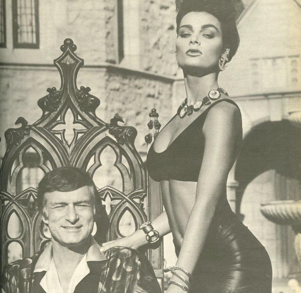Model Playboy Carrie Leigh bersama Huge Hefner (Foto: therichest.com)