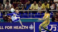Aksi pemain timnas futsal Brasil, Xuxa (kiri) diadang pemain Australia, Daniel Fogarty, pada laga Grup D Piala Dunia Futsal 2016, di Coliseo Bicentenario, Bucaramanga, Kolombia, Kamis (15/9/2016) pagi WIB. Brasil unggul dengan skor 11-1.  (EPA/Ricardo Mal