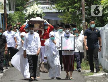 Jokowi Iringi Jenazah Ibunda Saat Akan Disalatkan