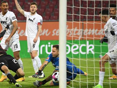 Penyerang Bayern Munchen, Thomas Mueller, berusaha mencetak gol ke gawang Augsburg dalam laga lanjutan Liga Jerman di WWK Arena, Kamis (21/1/2021) dini hari WIB. Bayern Munchen menang 1-0 atas Augsburg. (AFP/Andreas Gebert/pool)