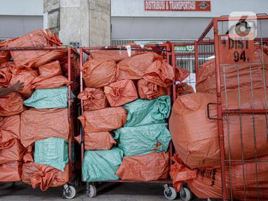 Pekerja menyortir paket dan logistik yang akan didistribusikan di Sentral Pengolahan PT Pos Indonesia (Persero), Jakarta, Jumat (15/5/2020). Pengiriman paket via Pos pada H-9 Lebaran 2020 mencapai 1,8 juta barang atau naik 20 persen dibandingkan periode sama tahun lalu. (Liputan6.com/Faizal Fanani)